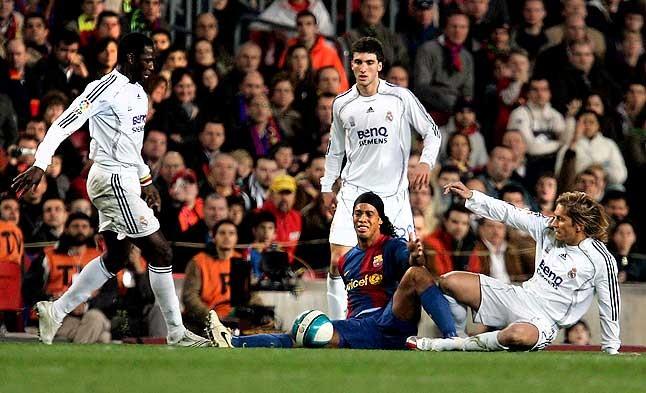 Acoso a la estrella azulgrana. Ronaldinho se lamenta tras sufrir una falta, rodeado por Diarrá, Higuaín y Salgado. 10 de marzo del 2007.