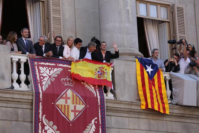 alberto-fernandez-diaz-sostiene-bandera-espanola-junto-alfred-bosch-con-estelada-1443094139173.jpg