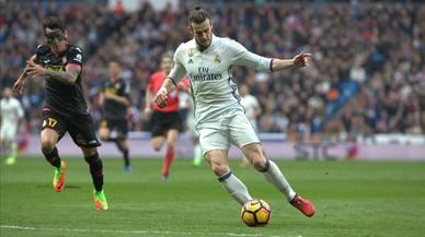 Bale dispara ante Hernán Pérez para sentenciar el Real Madrid-Espanyol con el 2-0.
