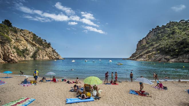 Ba�istas en la Cala Giverola de Tossa de Mar, en la Costa Brava.