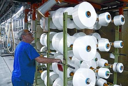 Bobinas de hilo de nylon en la f�brica de Nylstar en Blanes.