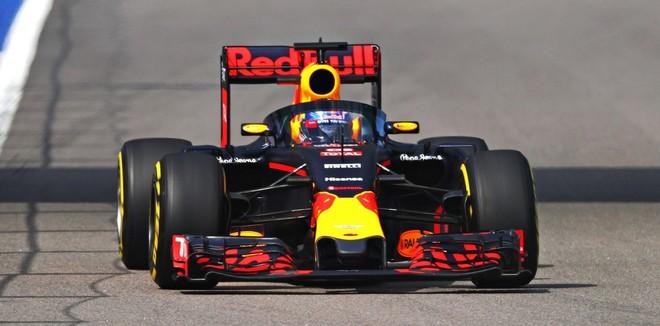Daniel Ricciardo prueba la c�pula de seguridad en su Red Bull en el trazado de Sochi.
