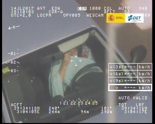 Trànsit 'caça' una dona que es raspallava les dents mentre conduïa