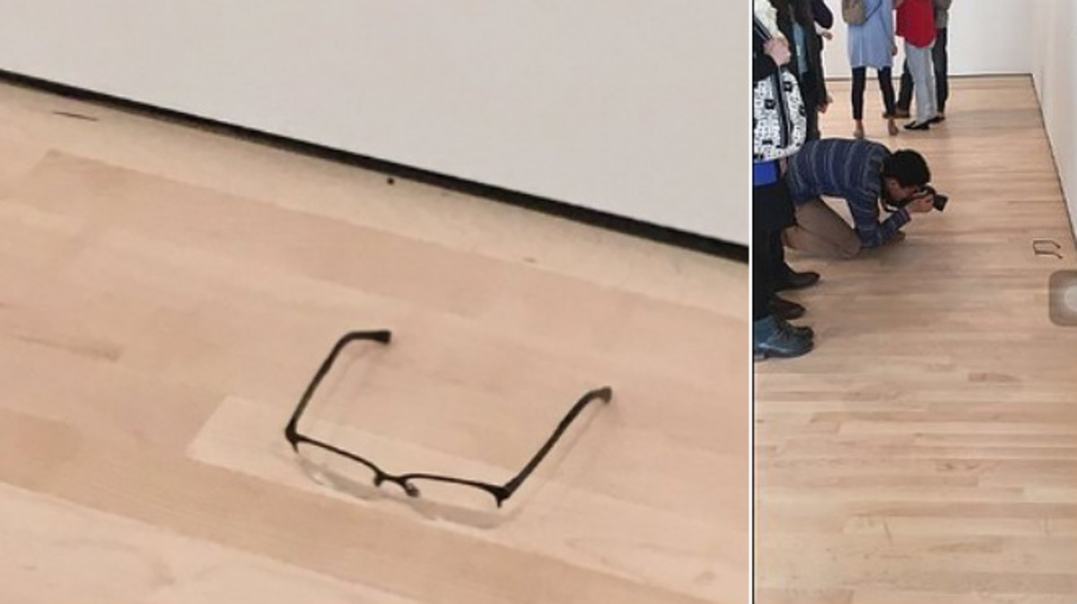 Un joven deja unas gafas en un museo y la gente se piensa que es arte