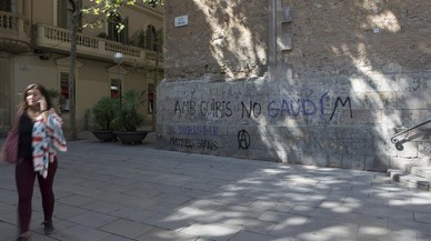 Fachada principal de la iglesia de Sant Joan de Gr�cia, a�n con el graffiti.