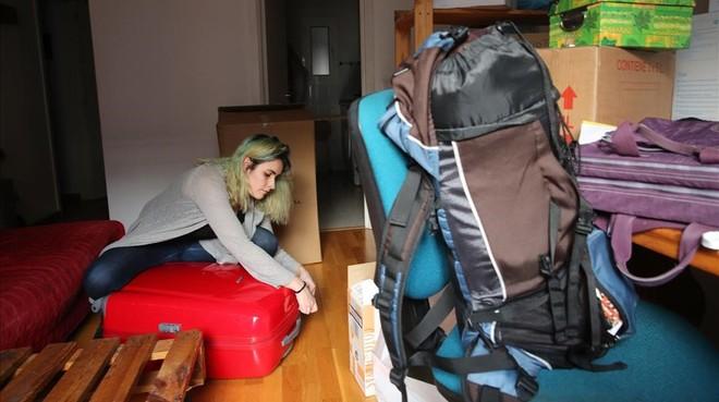 Alba Hierro empaqueta sus pertenencias una día antes de dejar el barrio de Sant Antoni.