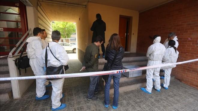 La unidad científica de los Mossos, en el domicilio de El Prat en el que se produjo un doble homicidio, el pasado 28 de abril.