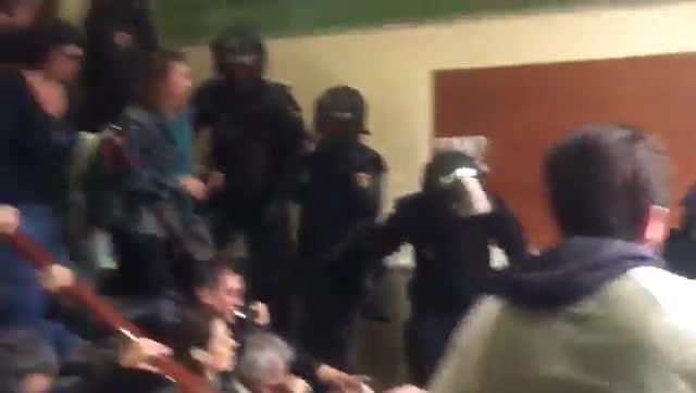 Una onada antiavalots envesteix contra els col·legis de Catalunya