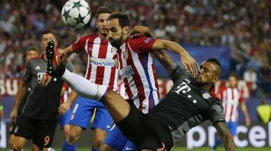 Juanfran y Vidal pelean por el bal�n durante el Atl�etico-Bayern.