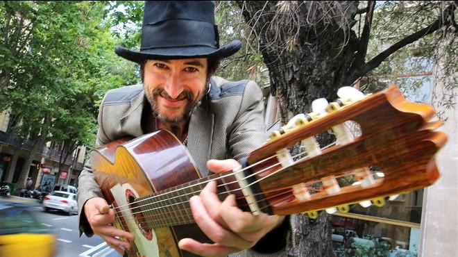 Muchachito, con su inconfundible sombrero y guitarra, en Barcelona este martes.