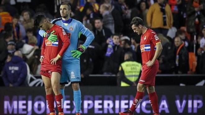 El portero Pau consuela a Marco Asensio junto a V�ctor S�nchez al concluir el partido contra el Valencia.