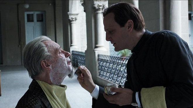 Un futuro Papa afeitando a Borges