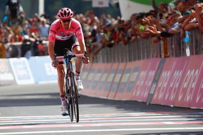 Tom Dumoulin cruza en solitario la meta de la 16ª etapa del Giro.