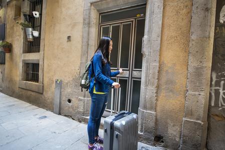 Una turista se dispone a entrar en el piso turístico alquilado, el pasado abril.