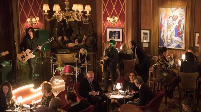 Bajando unos escalones se llega al Bluesman, el soberbio cóctel bar del hotel.