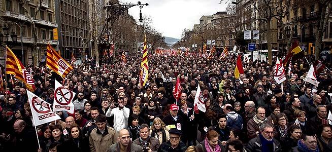 Miles de manifestantes, en el paseo de Gràcia de Barcelona este mediodía. JOAN CORTADELLAS