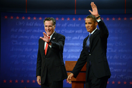 Mitt Romney y Barack Obama saludan a la audiencia a su llegada al plat del debate, el mircoles en Denver. 