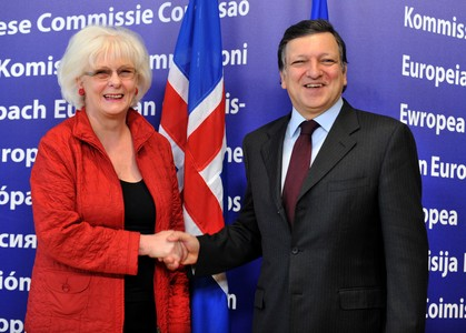 El presidente de la Comisin Europea, Barroso, con la primera ministra de Islandia, la socialdemcrata Jhanna Sigurdardttir, en febrero del 2010, en Bruselas. 