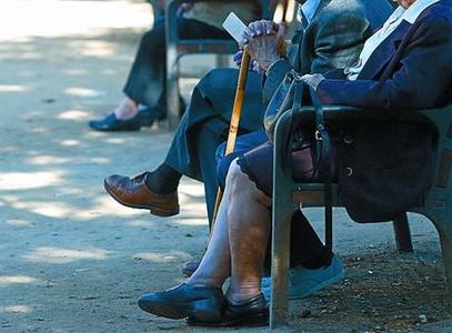 Personas mayores sentadas en un banco.