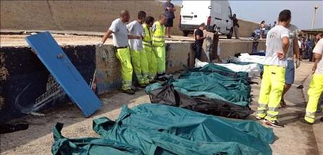 Decenas de cadáveres, en el puerto de Lampedusa, esta mañana.