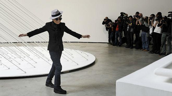 La viuda de John Lennon expone 200 de sus obras en el museo de Bilbao.