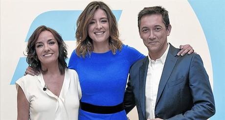 La presentadora Sandra Barneda (centro), flanqueada por Pepa Bueno y Javier Ruiz, ayer, en la sede de T-5.