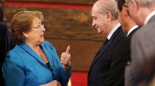 Blog de rodolfo varela chile la popularidad de bachelet for Ministro del interior espanol