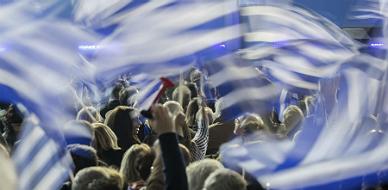 Banderas griegas durante un acto de cierre de campa�a de Andonis Samar�s.