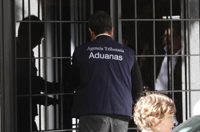 Agentes de la Agencia Tributaria entrando en la casa de Rodrigo Rato.