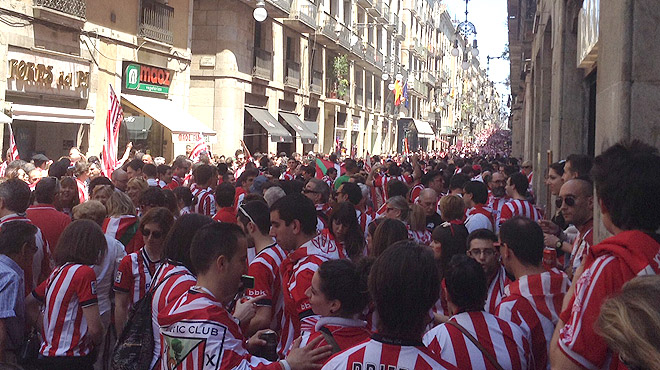 Los aficionados del Athletic de Bilbao toman las calles de Barcelona.