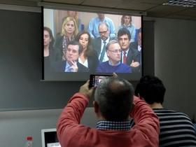 La infanta Cristina, arriba, a la izquierda, en el banquillo de los acusados, en la sala de Palma.
