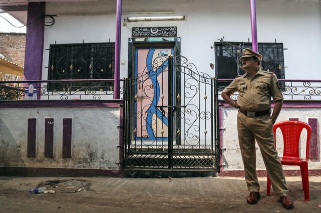 Un oficial de policía indio con su uniforme.