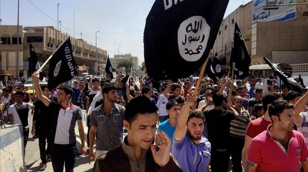 Manifestantes gritan consignas a favor del Estado Islámico con banderas de la organización en Mosul, a 360 kilómetros al noroeste de Bagdad (Irak), el 16 de junio del 2014.