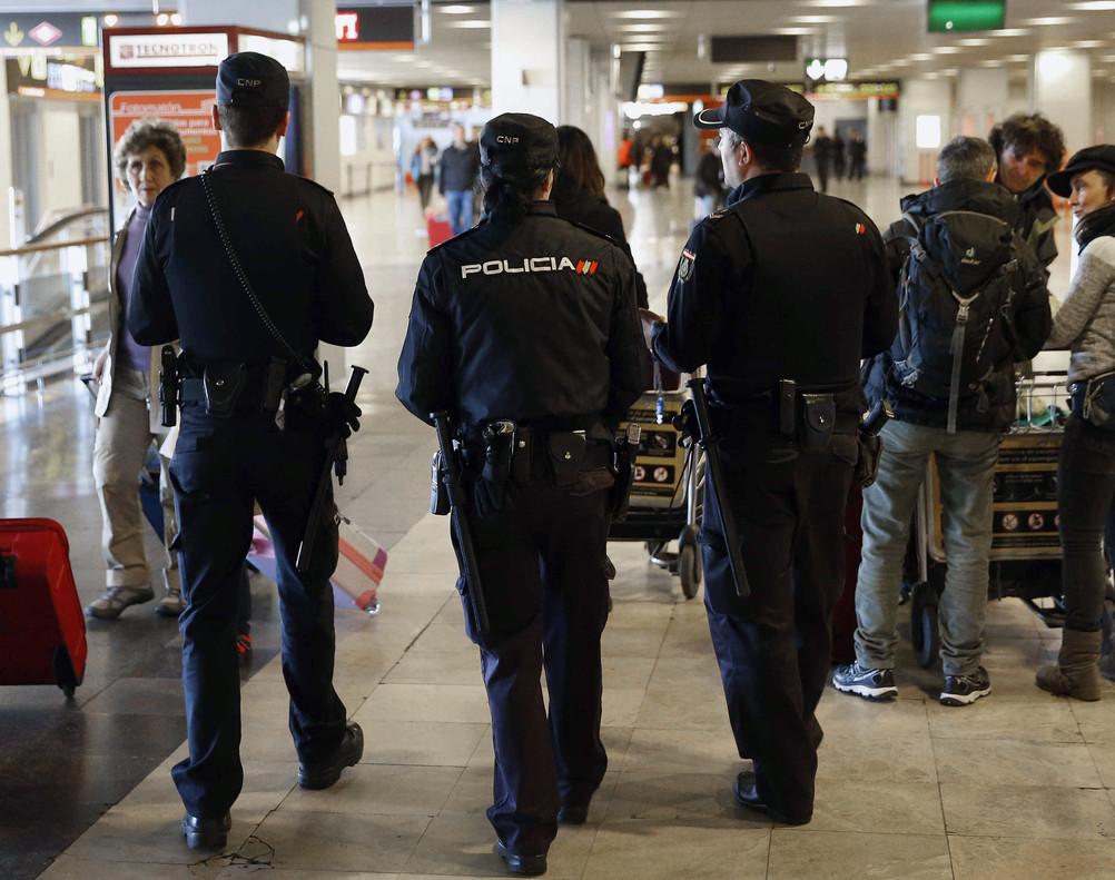 Agentes de la Policía Nacional patrullan en la terminal 1 del aeropuerto de Madrid-Barajas, la semana pasada.