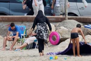 PERMITIDO Una mujer con burkini en la playa de Marsella, el 17 de agosto.