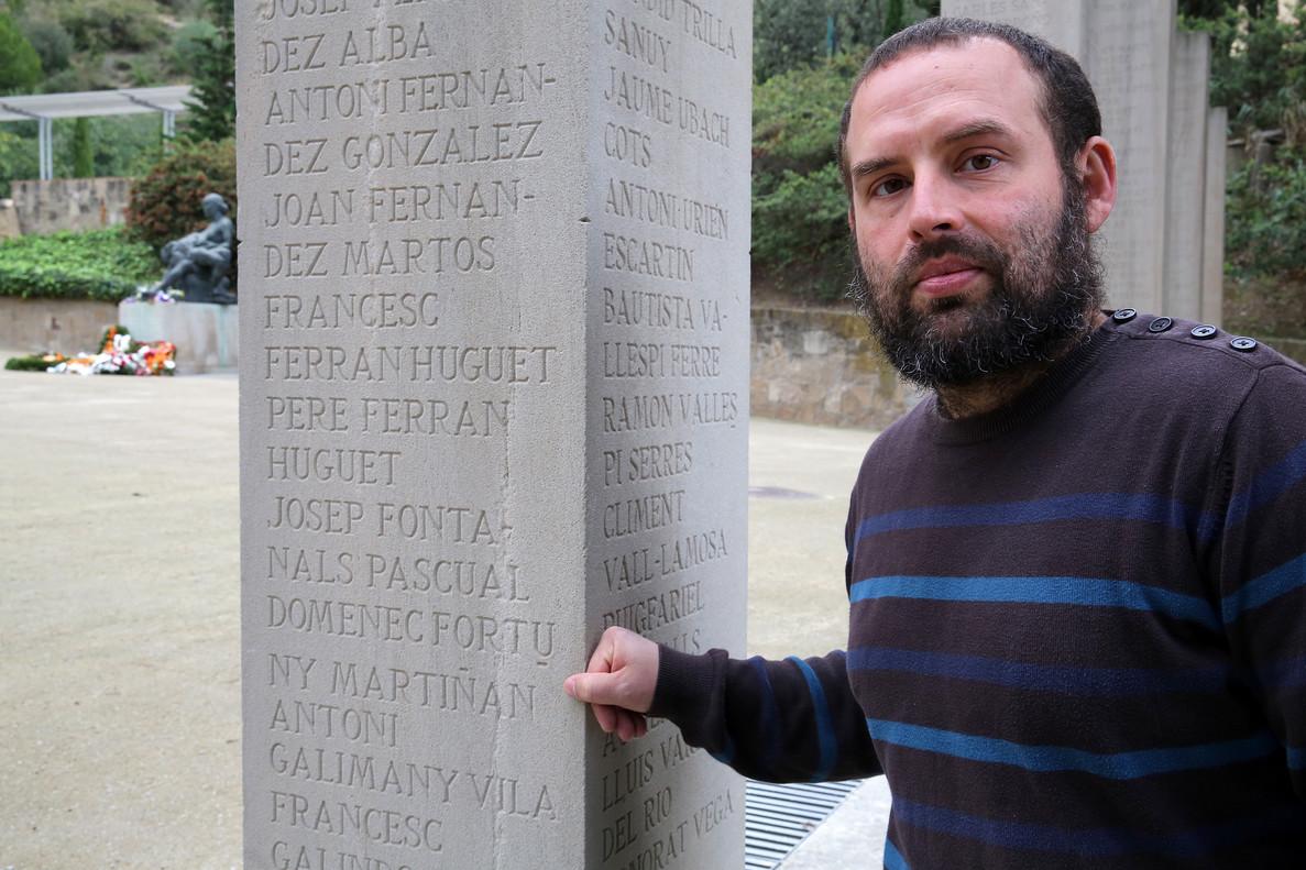 Ivan Heras, junto a la columna del Fossar de la Pedrera donde sale el nombre de su bisabuelo, Martirià Fortuny.
