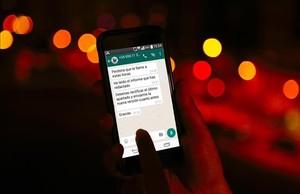 whatsapp en un smartphone para ilustrar tema de nuevo limite en Francia de los mensajes de trabajo fuera del horario laboral