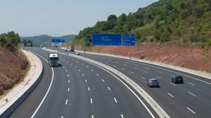 Varios vehículos circulan por una autopista