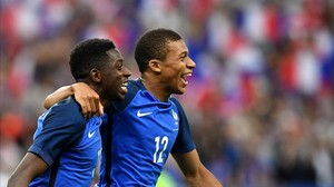 ecarrasco38877797 france s forward ousmane dembele l is congratulated by fra170621204243