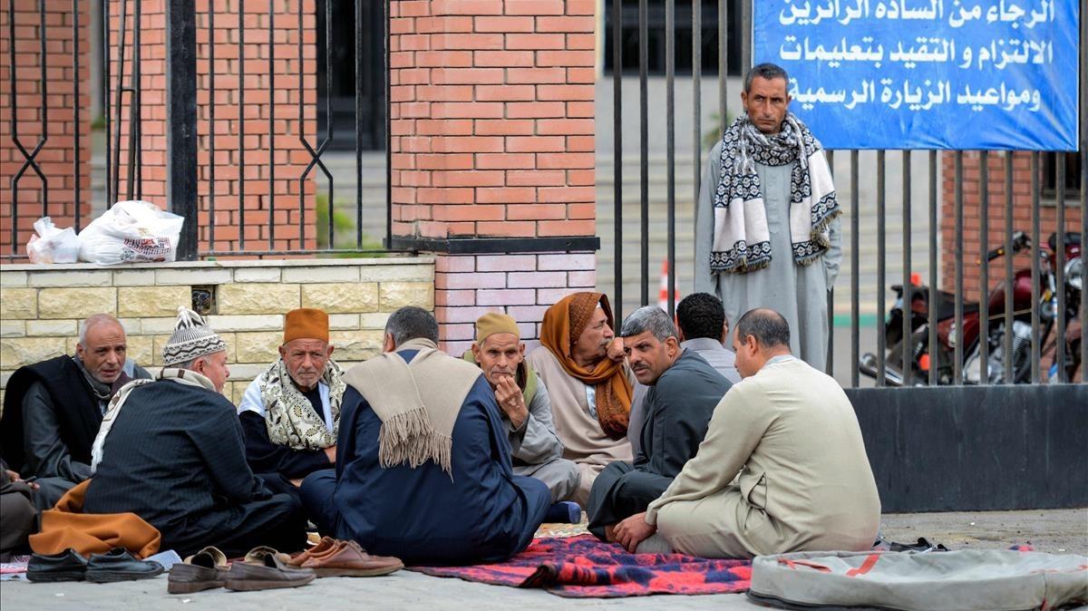 Familiares de víctimas del atentado en la mezquita del Sinaí, frente al hospital de la universidad del Canal de Suez, en la ciudad portuaria oriental de Ismailia.