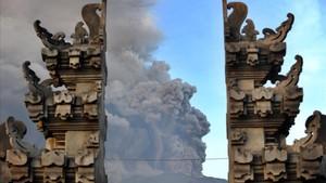 El monte Agung visto a través del templo balinés de Kubu
