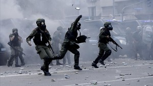 mbenach41317568 police launch tear gas canisters at stick wielding protester171214203900