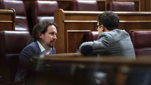 El secretario general de Podemos, Pablo Iglesias, y el secretario de Análisis Estratégico, Íñigo Errejón, en el Congreso.