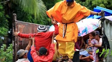 Evacuació massiva a les Filipines per l'arribada del tifó 'Nock-Ten'