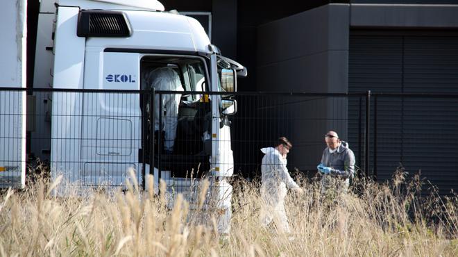 Deu immigrants arriben amb la càrrega d'un camió a la planta de Mango de Lliçà d'Amunt