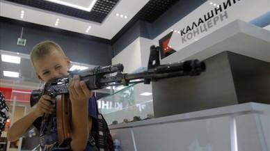 Un chico apunta con un kaláshnikov en la tiendas de souvenires que acaba de abrirse en el aeropuerto de Sheremétievo.