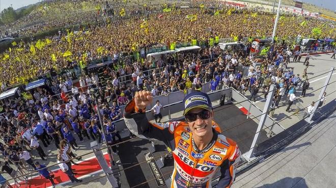 Dani Pedrosa celebra con la hinchada de Valentino Rossi a su espalda su victoria en Misano.