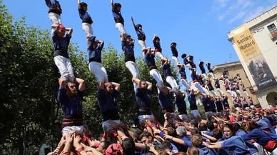 La 'diada' de Les Santes ha rendido homenaje con una veintena de pilares a la ni�a 'castellera' fallecida en el 2006.