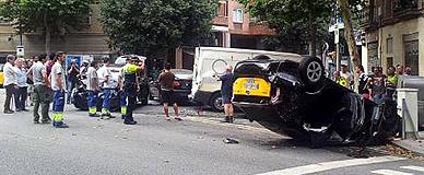 Espectacular choque de un taxi contra la Urbana en el Eixample