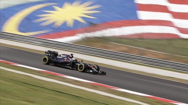 Fernando Alonso, durante los ensayos libres de este viernes en el Gran Premio de Malasia.